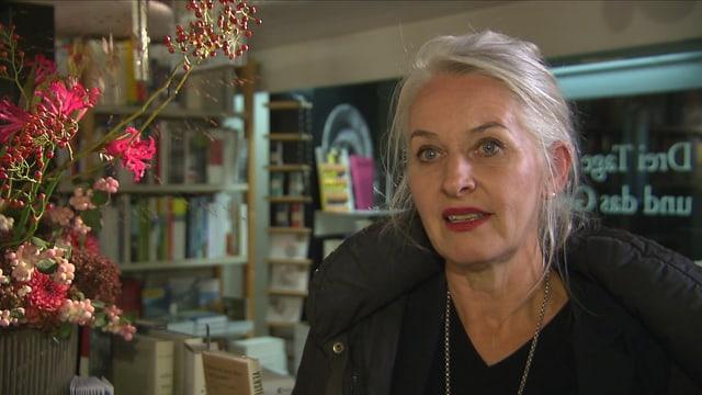Frau im Buchladen.