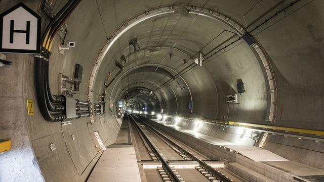 Sulet per la segirezza dal tunnel da 57 kilometers è la lavur immensa.
