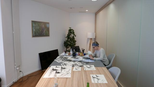 Cecilia Demarmels in ses atelier temporari èn il bockoffice