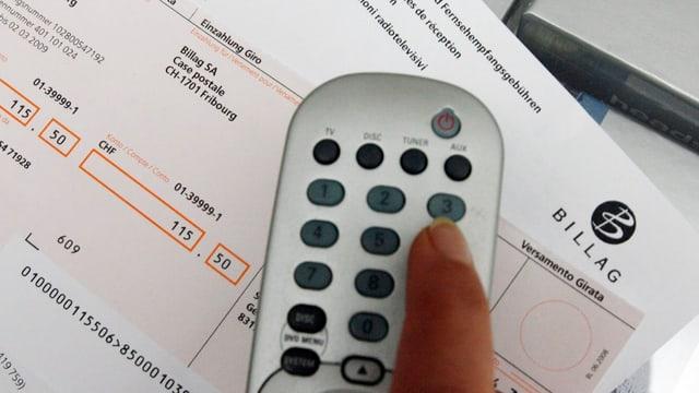Eine Fernsteuerung für einen Rundfunk-Empfänger, darunter eine Rechnung für Empfangsgebühren.