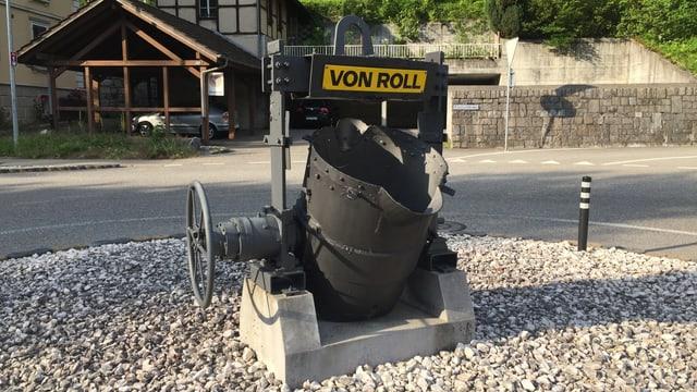Giesspfanne der Firma von Roll auf einem Strassenkreisel
