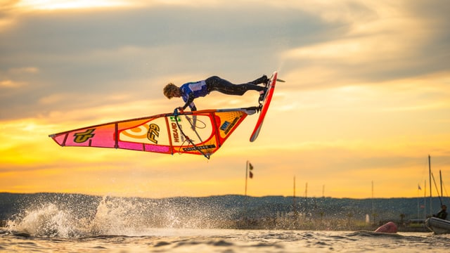 Windsurf Freestyler springt am Silvaplanersee durch die Lüfte.