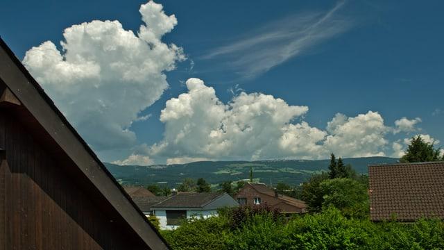 Quellwolken schiessen über dem Jura in die Höhe.
