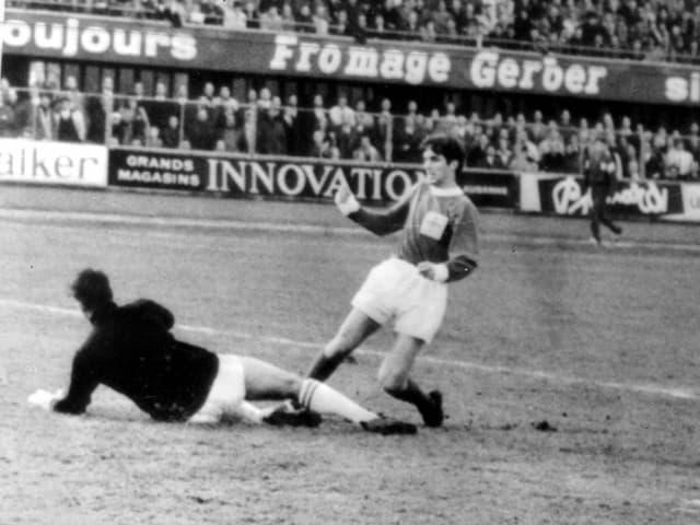 George Best trifft 1964 gegen die Schweiz.
