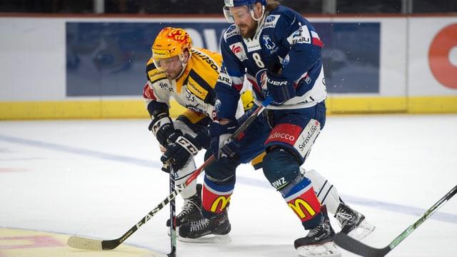 Zugs Viktor Stalberg (l) gegen Zuerichs Kevin Klein (r) im zweiten Eishockey Playoff-Viertelfinalspiel der National League zwischen den ZSC Lions und dem EV Zug