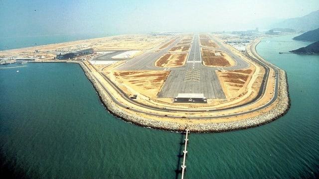 Hongkonger Flughafen auf aufgeschüttetem Land der Insel Lantau