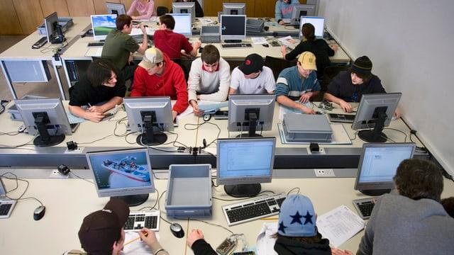 Computerraum mit Schülern.