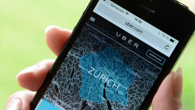 Ein Smartphone mit der Uber-App.