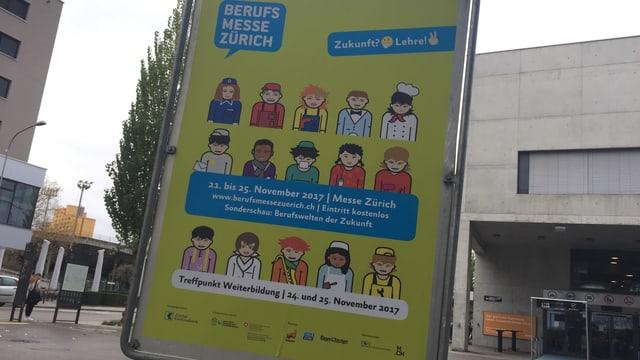 Plakat vor dem Eingang der Messe.