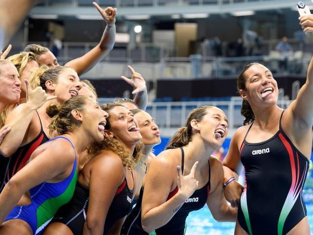 Teamgeist: mit einer perfekten Darbietung, bewahrt sich das italienische Frauenteam die Chance auf den Einzug in den Halbfinal im Team-Grimassen-Schneiden.