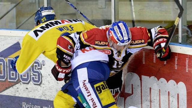 EHC-Spieler Stefan Voegele kämpft an der Bande um den Puck