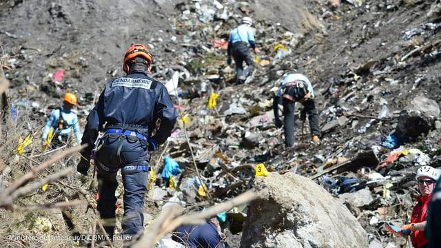 Einsatzkräfte auf dem Trümmerfeld in Südfrankreich