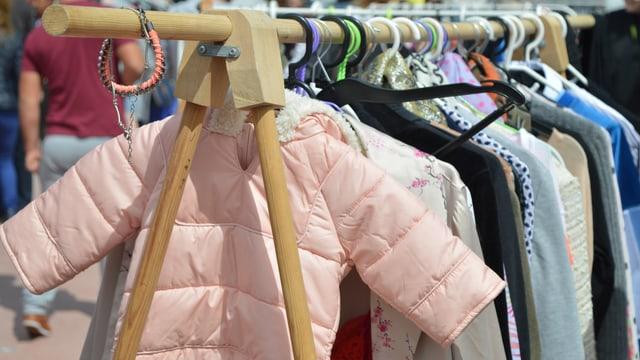 Kleiderstücke an Kleiderbügel