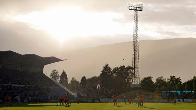 Stadion in Grenchen mit Sonne im Nebel