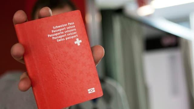 Mann zeigt Schweizer Pass