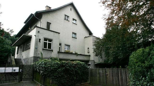 Älteres grosses Einfamilienhaus mit Bäumen
