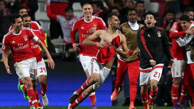Ils giugaders da Benfica sa legran da la victoria.