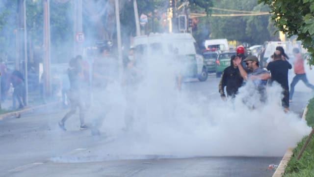 Demonstrant inmitten von Tränengasschwade