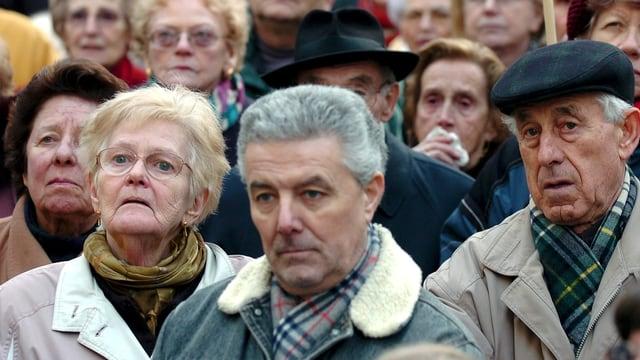 Eine Menge alter Menschen