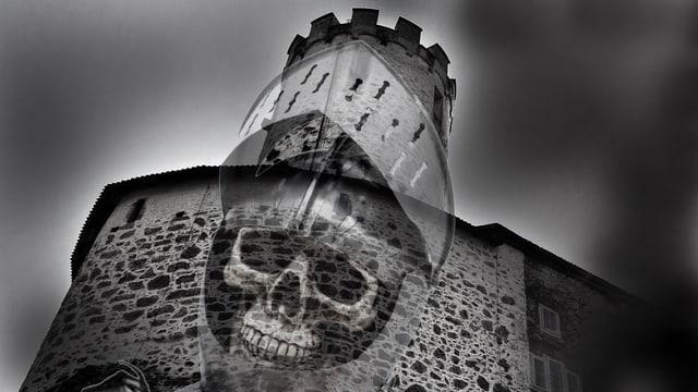 Gespenstischer Totenkopf in Ritterhelm vor Burgmauer
