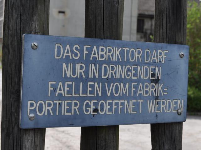 Schild an Tor.