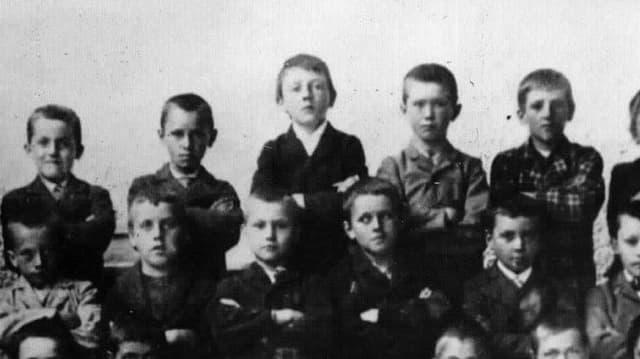 Schwarz-Weiss-Aufnahme einer Schulklasse.