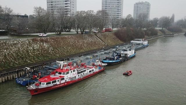 Der havarierte Tanker und ein Feuerlöschboot