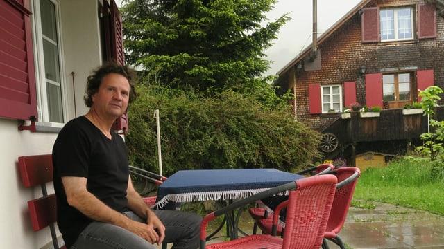 Der Pianist Andreas Haefliger sitzt vor seiner Wohnung im Kanton Uri