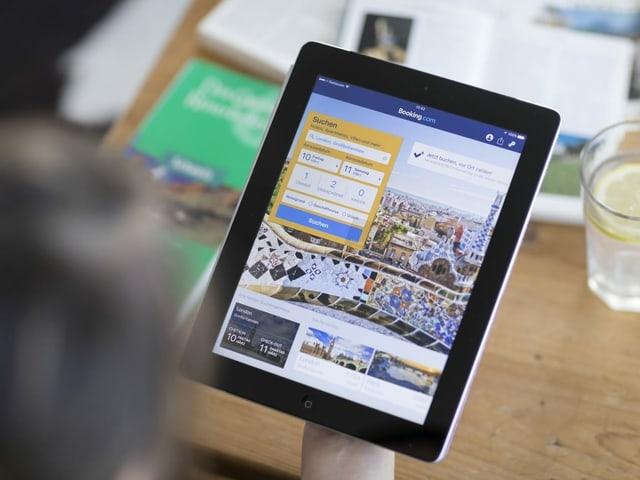 Tablet mit Booking.com-Ansicht