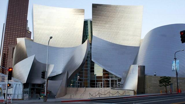 Verspieltes Gebäude mit glänzenden, unterschiedlich geformten Flächen.