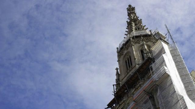 Der eingekleidete Turm des Bener Münsters von unten gesehen.