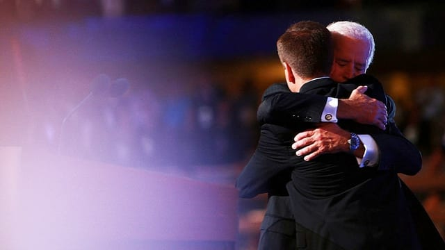 Joe Biden umarmt seinen Sohn innig.
