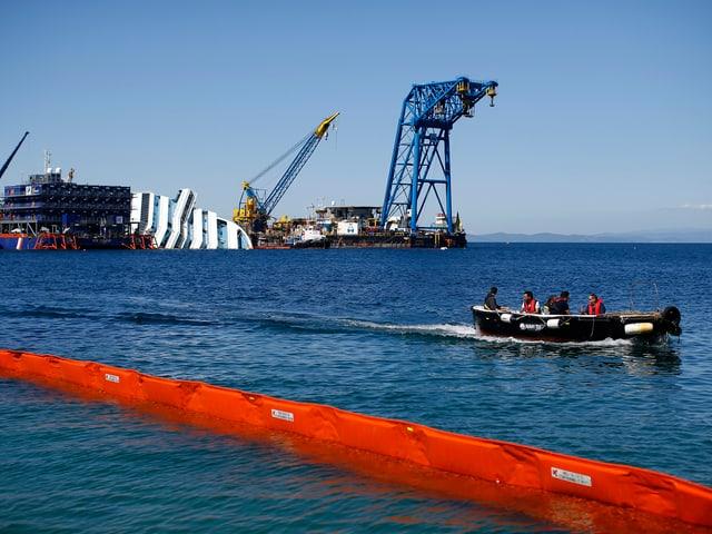 Das havarierte Kreuzfahrtschiff «Costa Concordia» liegt vor der italienischen Insel Giglio im Mittelmeer – umkreist von Kränen. (reuters)