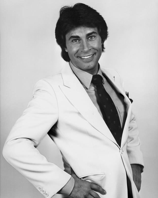 Portrait vom deutschen Schlagersänger Roy Black in einer undatierten Aufnahme. Es zeigt Roy Black in einer weissen Weste und einem strahlenden Gesicht.