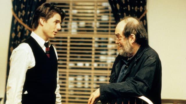 Tom Cruise und Stanley Kubrick unterhalten sich auf dem Set.