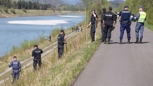 Polizisten am Rheinufer.