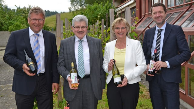Jury mit Staatswein: (vlnr) Peter Wehrli, Roland Brogli, Vreni Friker, Peter Grünenfelder.