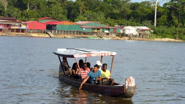 Eine Gruppe von Leuten auf einem kleinen Boot.