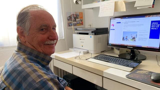Hans Keller vor seinem Computer.