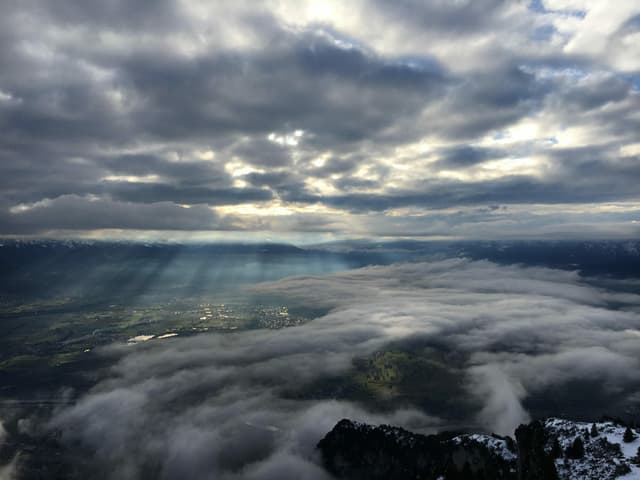 Blick vom hohen Kasten aufs Tal mit vielen Wolken und nur wenig Sonnenschein.