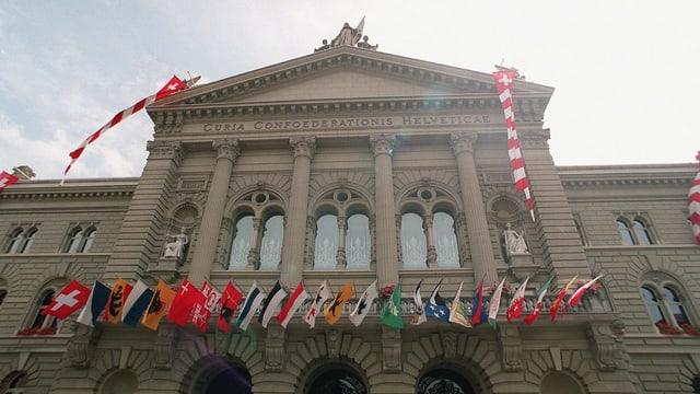 Chasa federala ornada cun las bandieras dals chantuns svizzers.