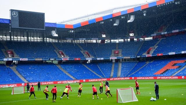 Das Nationalteam beim Training im noch leeren St. Jakob-Park.