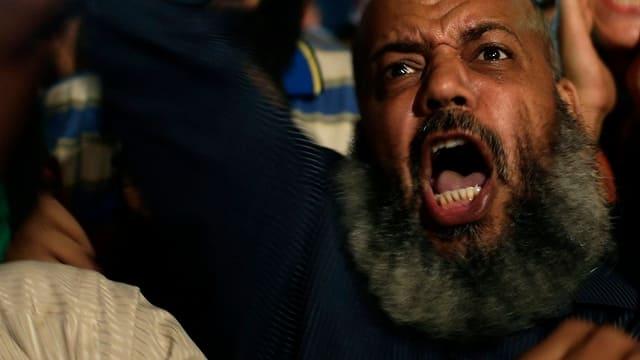 Wütende Demonstranten, teilweise mit typischen Bärten.