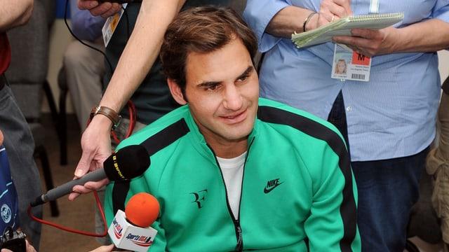 Roger Federer spricht in eine Journalisten-Mikrofon.