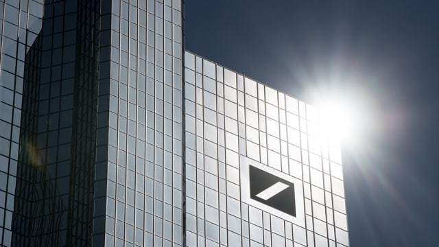 Hochhaus mit dem Logo der Deutschen Bank