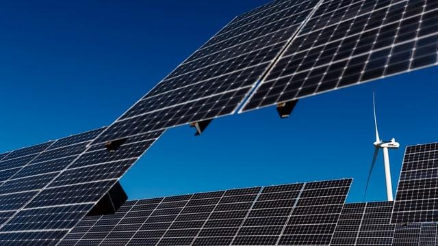 Eine Photovoltaik-Anlage und ein Windrad