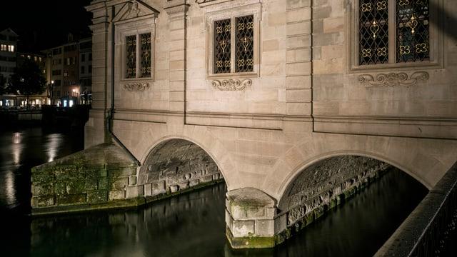 Durchfluss der Limmat unter dem Zürcher Rathaus
