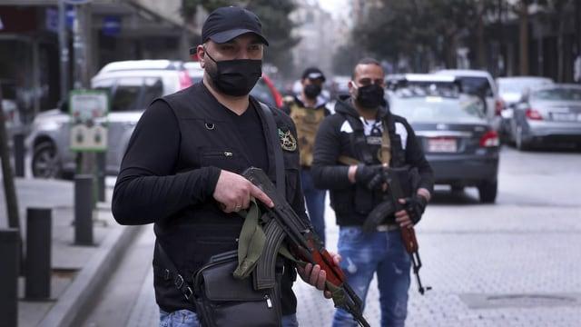 Kräfte des libanesischen Geheimdiensts überwachen im Zentrum von Beirut die Corona-Massnahmen.