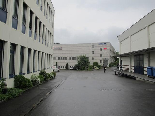 Grauer Himmel, drei Fabrikgebäude.
