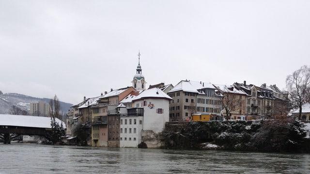 Foto der Stadt Olten, mit Schnee auf den Dächern, Blick auf die Altstadt mit Holzbrücke.